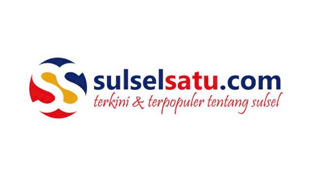 Sejumlah warga melihat keadaan jembatan yang ambruk akibat banjir yang melanda di Kecamatan Manuju, Desa Moncongloe, Dusun Panambungan, Gowa, Rabu (23/1/2019). (Sulselsatu/Moh Niaz Sharief)