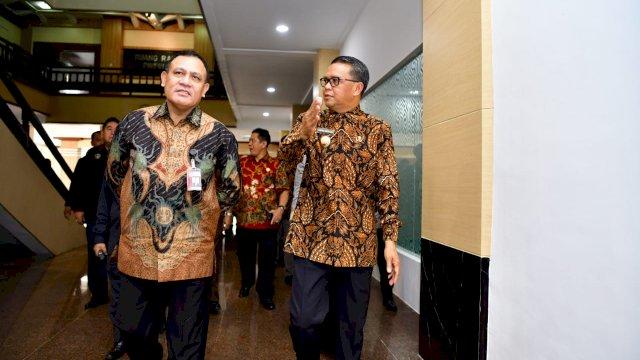 Nurdin Abdullah menunjukkan ruang koordinasi APH kepada Ketua KPK Firli Bahuri. (ist)