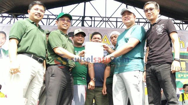 Wakil Ketua Umum DPP PPP, Amir Uskara didampingi Ketua DPW PPP Sulsel, HM Aras menyerahkan surat rekomendasi ke bakal calon Bupati dan Wakil Bupati Bulukumba Askar HL-Arum Spink. (Sulselsatu/Asrul)
