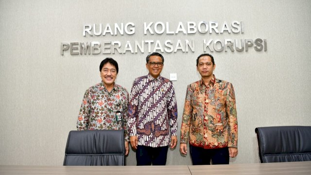 Gubernur Sulsel Nurdin Abdullah bersama tim Korsupgah KPK. (ist)