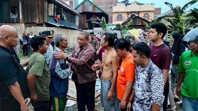 Amran Mahmud Kunjungi Warga Korban Kebakaran Rumah di Teddaopu