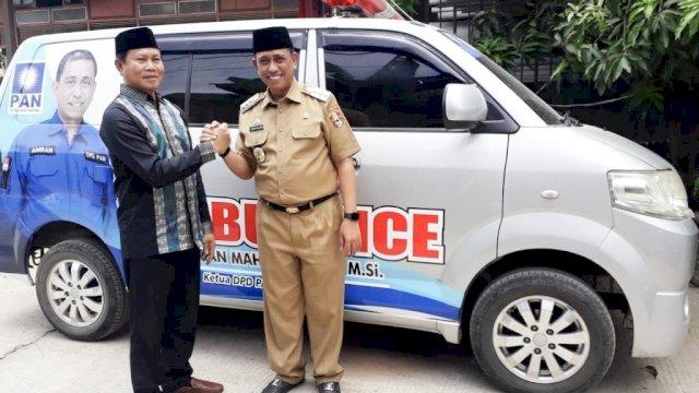 Penyerahan bantuan ambulans gratis di Kecamatan Belawa. (ist)