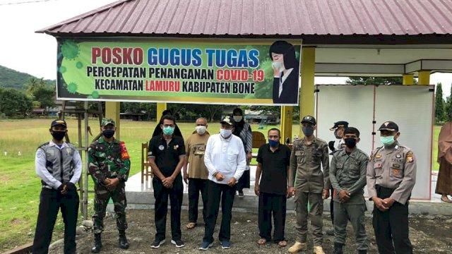 Wakil Bupati Bone Ambo Dalle memantau aktivitas posko PPC-19 di perbatasan daerah. (ist)