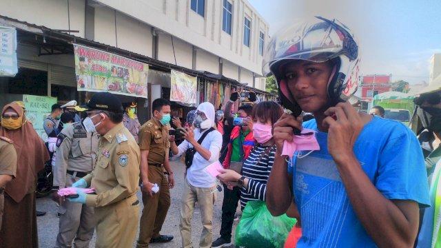 Pembagian masker di Pasar Lakessi. (ist)