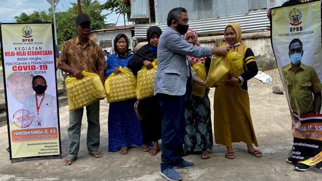 Bagikan Sembako ke Warga Galesong, Rangga: Janganmi Keluar Rumah Berziarah