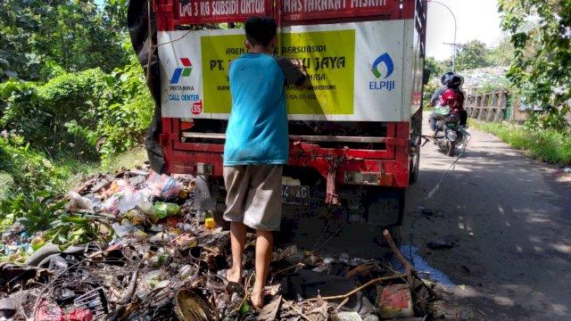 Kendaraan agen Pertamina buang sampah di pemukiman warga. (Foto/Ist)