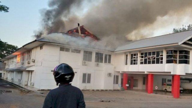 Gedung DInas Kesehatan Sulsel terbakar. (ist)