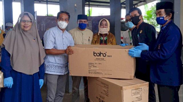 Arum Spink Wakili NasDem Sumbang Ratusan Baju Hazmat ke Tim Gugus Bulukumba