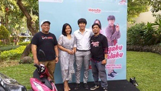 Pemain bersama sutradara dan produser pada Premiere web series Tetanggaku Idolaku dari Astra Motor Makassar di MaxOne Hotel Makassar. (Sulselsatu/Sri Wahyudi Astuti)