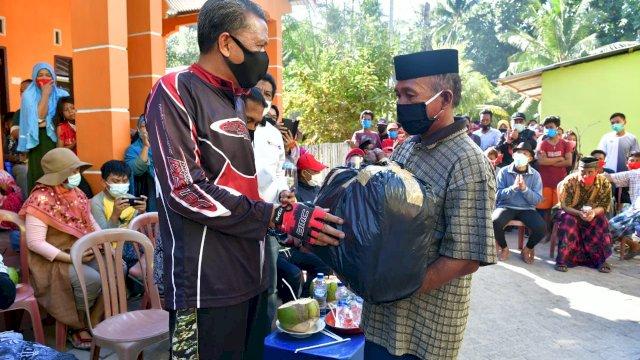 NA serahkan bantuan kepada warga Pulau Lanjukang dan Langkai. (ist)