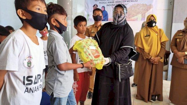 Bersama Sejumlah Donatur, Erna Rasyid Taufan Hadiahi Sepatu Anak-anak Pasar