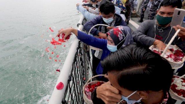 Suasana tabur bunga untuk korban pesawat jatuh Sriwijaya Air SJ-182. (Foto: The Guardian)