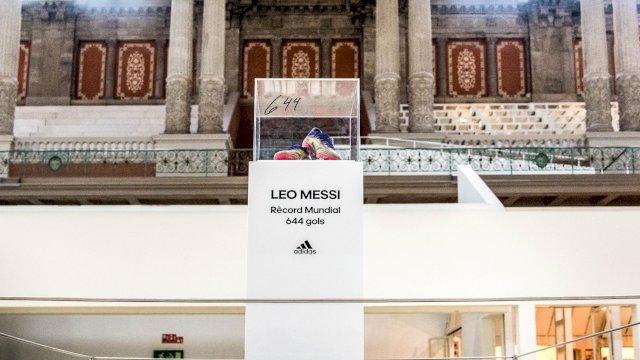 Sepasang sepatu Lionel Messi yang dipakainya saat mencetak rekor 644 gol untuk Barcelona.