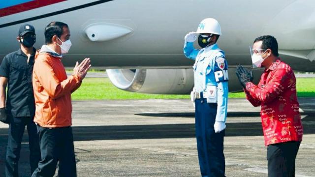 Presiden RI, Joko Widodo berjaket oranye, disambut Plt Gubernur Sulsel, Andi Sudirman Sulaiman yang berbatik lontara.