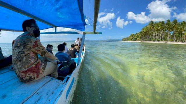"Rapsel Ali Salurkan Bantuan ke Pulau-pulau Kecil di Selayar Menggunakan ""Katinting"""