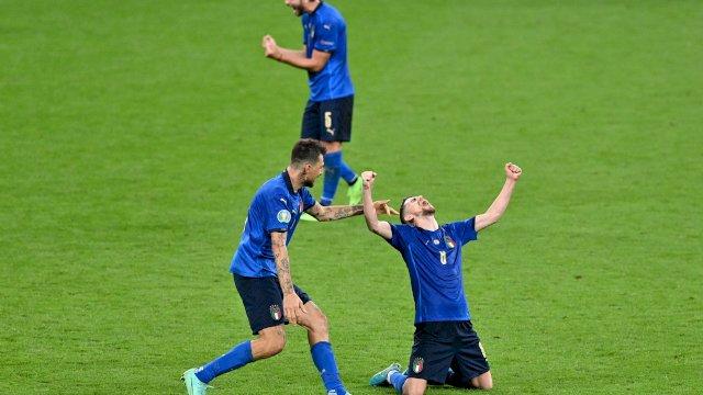 Italia dan Spanyol lolos ke semifinal Euro 2020. Dua tiket semifinal lainnya akan diperebutkan Inggris, Ukraina, Republik Ceko dan Denmark.