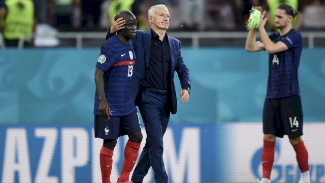 Pemain Prancis Ngolo Kante gagal memasukkan tropi Euro 2020 dalam daftar prestasinya tahun ini. Prancis disingkirkan Swiss di 16 besar.