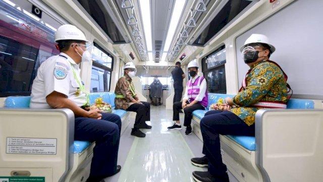 Presiden Jokowi didampingi Menhub Budi Karya Sumadi saat meninjau progres pembangunan LRT Jabodebek, Rabu (9/6/2021). (Foto: Biro Pers Setpres)