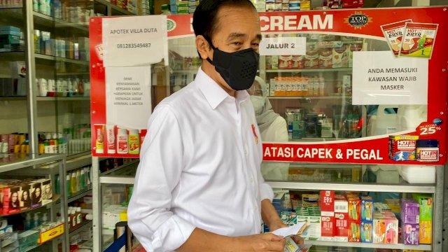 Presiden Jokowi mengunjungi salah satu apotek di Kota Bogor, Jabar, Jumat (23/07/2021). (Foto: BPMI Setpres)