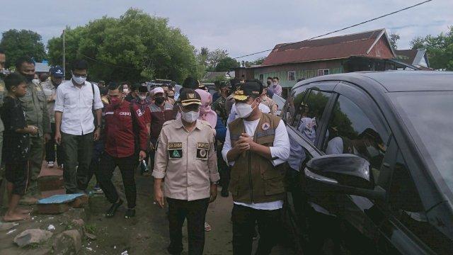 Plt Gubernur Sulsel, Andi Sudirman Sulaiman dan Bupati Jeneponto, Iksan Iskandar mengunjungi korban banjir di Kecamatan Tarowang, Jumat (9/7/2021).