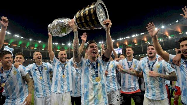 Kapten Timnas Argentina, Lionel Messi mengangkat piala Coppa America 2020.
