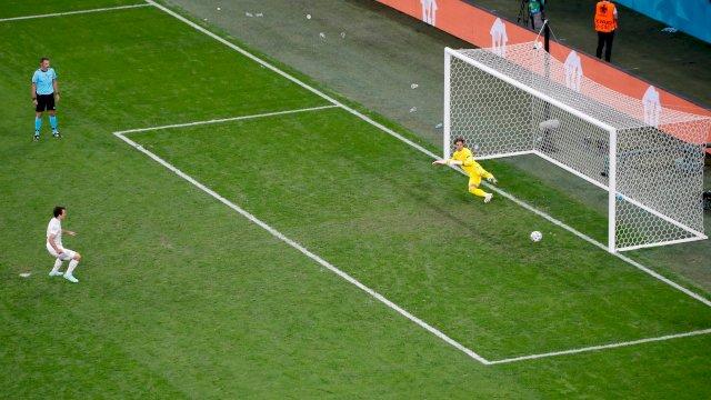 Spanyol menyingkirkan Swiss di 8 besar lewat adu penalti. Spanyol akan bertemu Italia yang menyingkirkan Belgia.