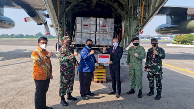 Indonesia Terima Bantuan Ventilator dan Tabung Oksigen dari Singapura