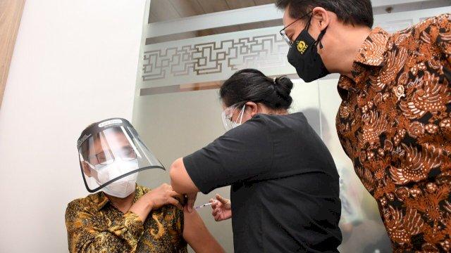 Vaksinasi Booster 50 Guru Besar FKUI dan Nakes Pakai Vaksin Moderna