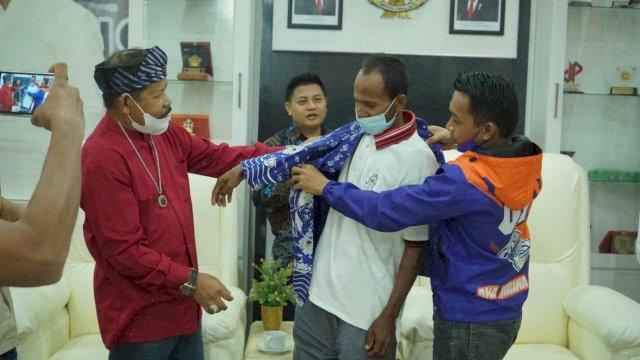 NasDem Sulsel Bantu Pria yang Viral Dayung Perahu Pinrang-Buton Tengah karena Tak Punya Ongkos
