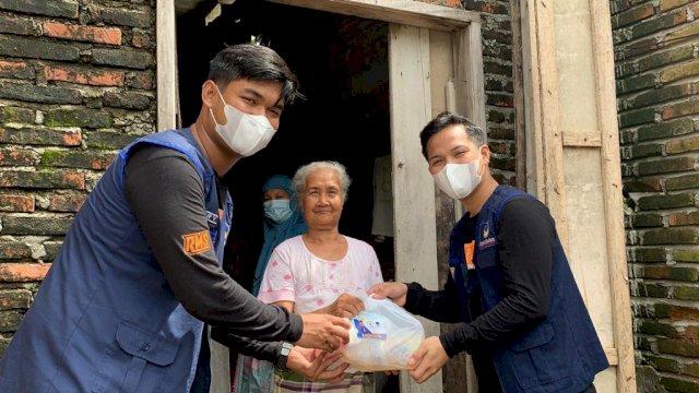 NasDem Milenial RMS Ulurkan Bantuan ke Wa Beddu Kakek Sebatang Kara di Pinrang