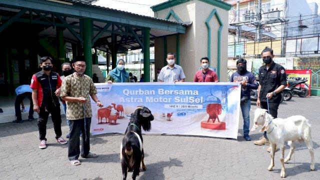 Asmo Sulsel Bersama Komunitas BeAT Indonesia Bagi Daging Kurban di Dua Masjid