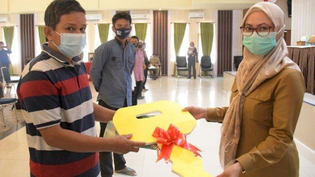 Bupati Luwu Utara, Indah Putri Indriani menyerahkan bantuan Alsintan (Foto/int)