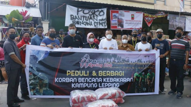 Komunitas MCC memberikan bantuan kepada korban kebakaran di Jalan Muhammad Tahir, Makassar, Sabtu (14/8/2021).
