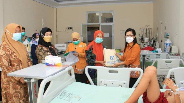 Semarak HUT Ke-53 BPJS Kesehatan Bagi Bingkisan ke Peserta, Direktur RS Andi Makkasau Apresiasi