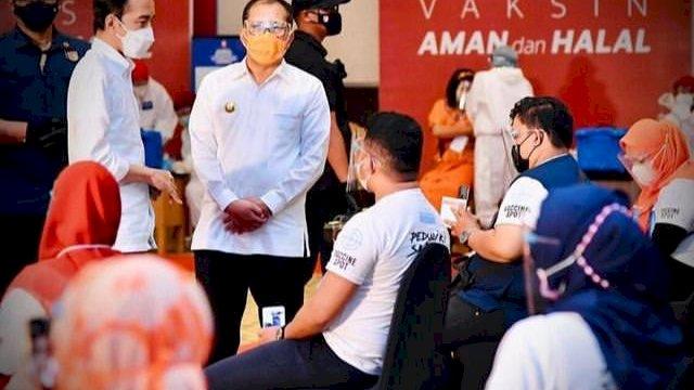 (Presiden Joko Widodo dan Walikota Makassar, Danny Pomanto, saat meninjau kegiatan vaksinasi di Makassar)