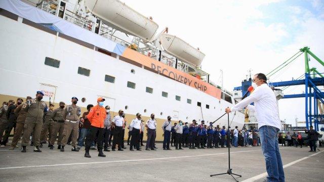 Walikota Makassar, Danny Pomanto saat meresmikan KM Umsini sebagai pusat isolasi pasien Covid-19. Fasilitas ini diberi nama Isolasi Apung.