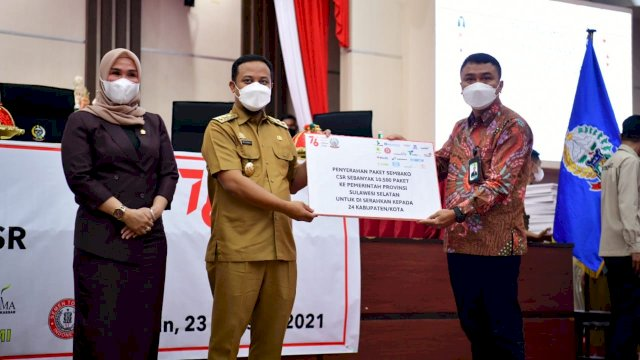 Serahkan Bantuan 10.500 Paket Sembako CSR Pelaku Usaha, BUMD,dan BUMN, Plt Gubernur Sulsel Harap Bantuan Tepat Sasaran