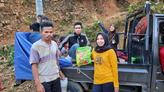 Relawan Wanua Panrita Serahkan Bantuan Pupuk untuk Kelompok Tani Bukit Cindakko