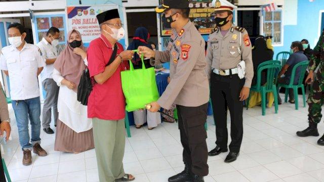 Alumni Akpol 2000 Bataliyon Sanika Satyawada Bagi Bagi Paket Sembako di Jeneponto