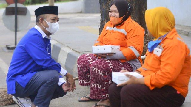 Ketua Fraksi Demokrat Sulsel Berbagi ke Penyapu Jalan di Makassar