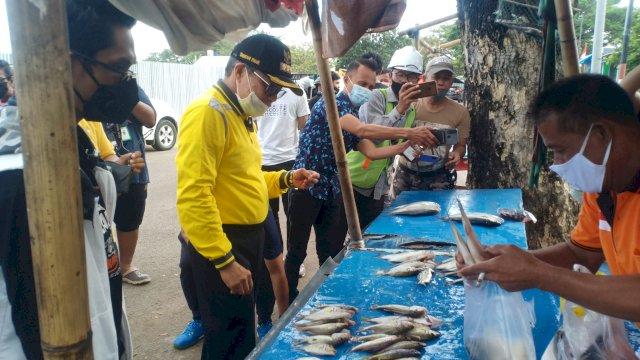 Wali Kota Parepare Borong Hasil Tangkapan Nelayan, Masyarakat Cempae Gembira