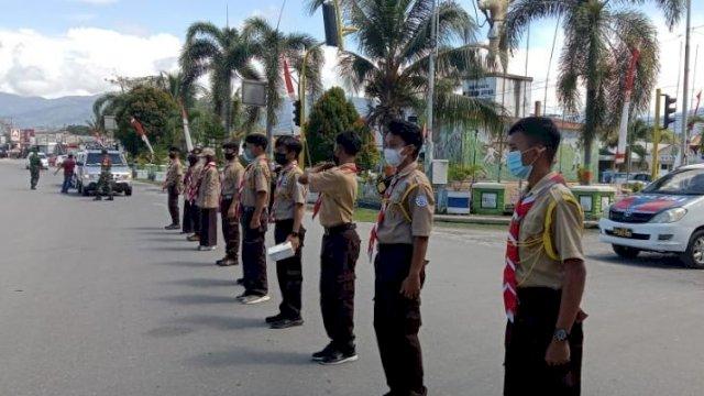 Terapkan Prokes, Pramuka Kwarcab Luwu Utara Bagi-bagi Masker Gratis Kepada Pengguna Jalan