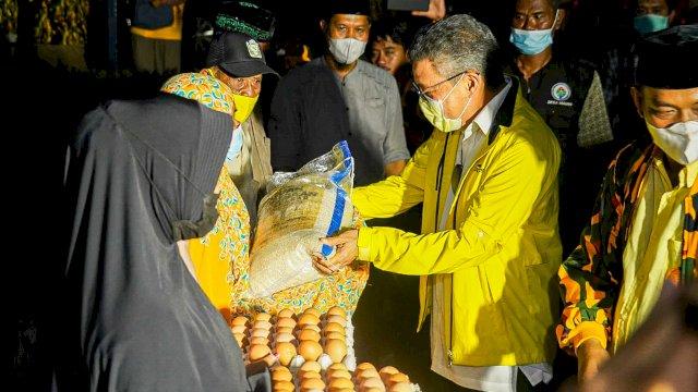 Malam-malam Taufan Pawe Bawa Bantuan ke Korban Banjir di Luwu