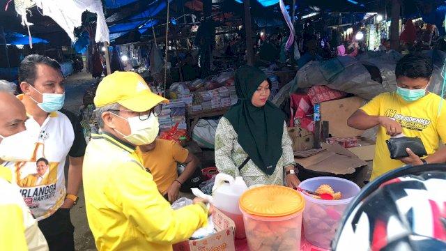 Ketua Golkar Sulsel Borong Jualan dan Traktir Warga di Pasar Lutra