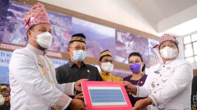 Hadiri HUT Tana Toraja, Plt Gubernur Sulsel Serahkan Rp 20 Miliar Bantuan Keuangan dan CSR Rp 400 Juta Bagi UMKM