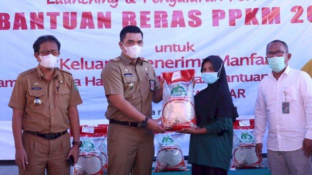 Wakili Bupati Takalar, Pj Sekda dan Kakanwil Bulog Sulselbar Salurkan Bantuan Beras Bagi Penerima PKH