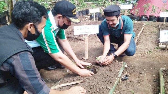 Manfaatkan Lahan Sempit, Wabup Takalar Tanam Perdana Bersama Komunitas Takalar Berkebun