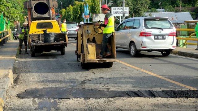 Tambal Joint Jembatan Sumpang, Taufan Pawe : Perbaikan Ruas Jalan Jadi Perhatian Pemerintah