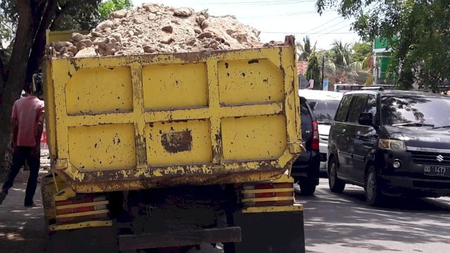 Pengendara di Jeneponto Keluhkan Mobil Truk Pengangkut Timbunan dan Pasir Tak Pakai Terpal