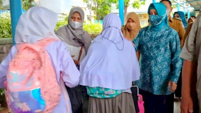 Simulasi PTM, Ketua TP PKK Kota Makassar, Tinjau SMP Athirah Bukit Baruga Antang
